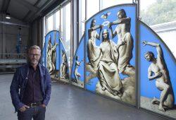 Michael Triegel mit den Fensterbildern für St. Maria in Köthen. Foto: punctum/Stefan Hoyer