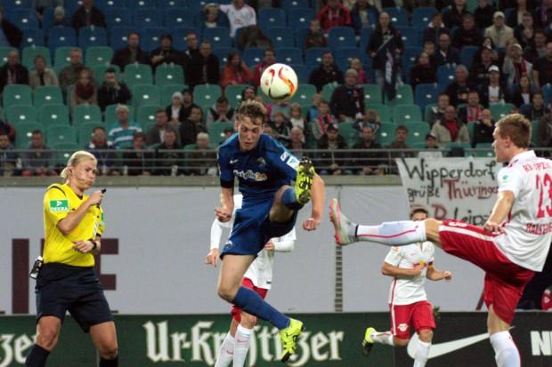Trotz aller Akrobatik verloren die Paderborner das Spiel gegen die Leipziger. Foto: Alexander Böhm