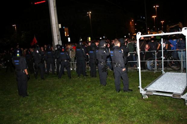 Während der Demo ist der Gegenprotest an der Strecke versammelt. Foto: L-IZ.de