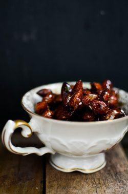 Schokoladentartelettes mit Karamellmandeln. Foto: Maike Klose