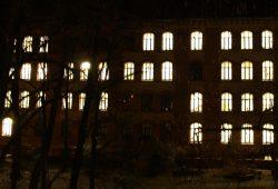 Erleuchtetes Schulgebäude: Sind wirklich überall noch Leute im Raum? Foto: Ralf Julke