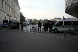 17:55 Uhr Die Polizeisperre am Richard -Wagner-Platz steht mal wieder. Foto: L-IZ.de