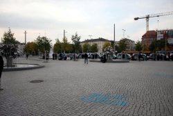 18:00 Uhr: Erste Legida Teilnehmer warten auf den Beginn. Foto: L-IZ.de