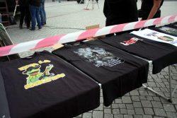 18:00 Uhr. Die Merchandising-Maschine rollt. Lustige T-Shirt-Motive zwischen Kitsch und Volksaufstand bei Legida. Foto: L-IZ.de