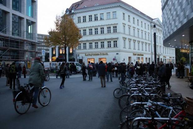 18:21 Uhr: Die Eröffnung der Kundgebung von Leipzig nimmt Platz an Hainspitze. Foto: L-IZ.de