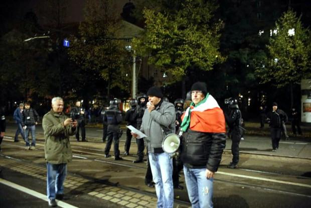 """19:15: """"Die Rechte"""" vor Ort - Rolf Dietrich, Alexander Kurth und OfD - Veranstalter Silvio Rösler bei der Zwischenkundgebung. Foto: L-IZ.de"""