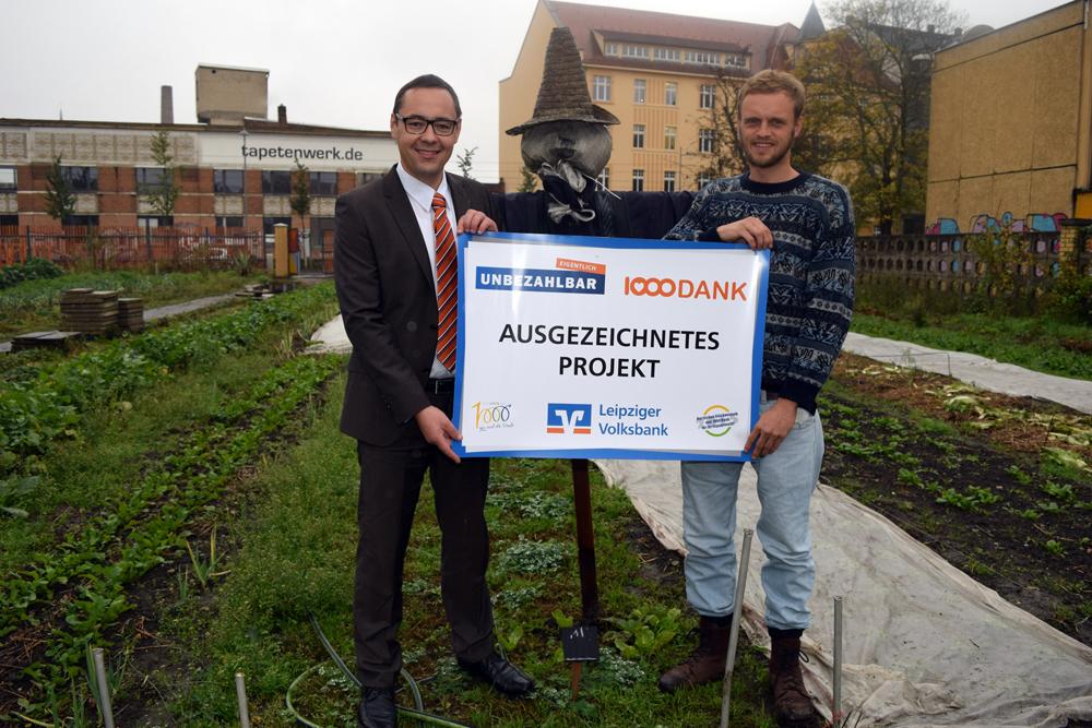 Filialleiter Marcel Pöge übergibt die Auszeichnung