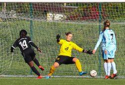 Christabel Oduro (Herford) erzielt in der 15. Minute gegen FFV-Torfrau Sandra Schumann das 0:2. Foto: Jan Kaefer