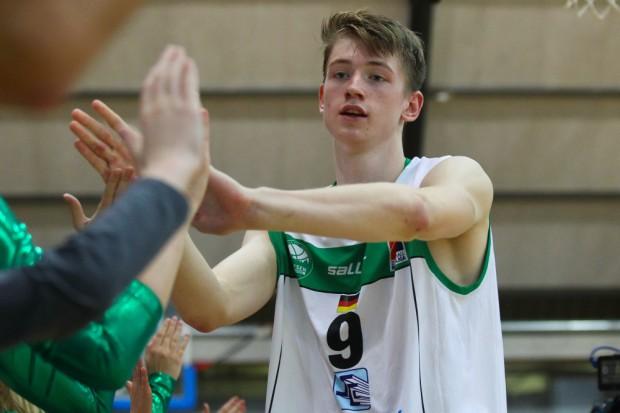 Der 18-jährige Jonas Niedermanner (7 Punkte) klatscht nach dem Spiel die Fans ab. Foto: Jan Kaefer
