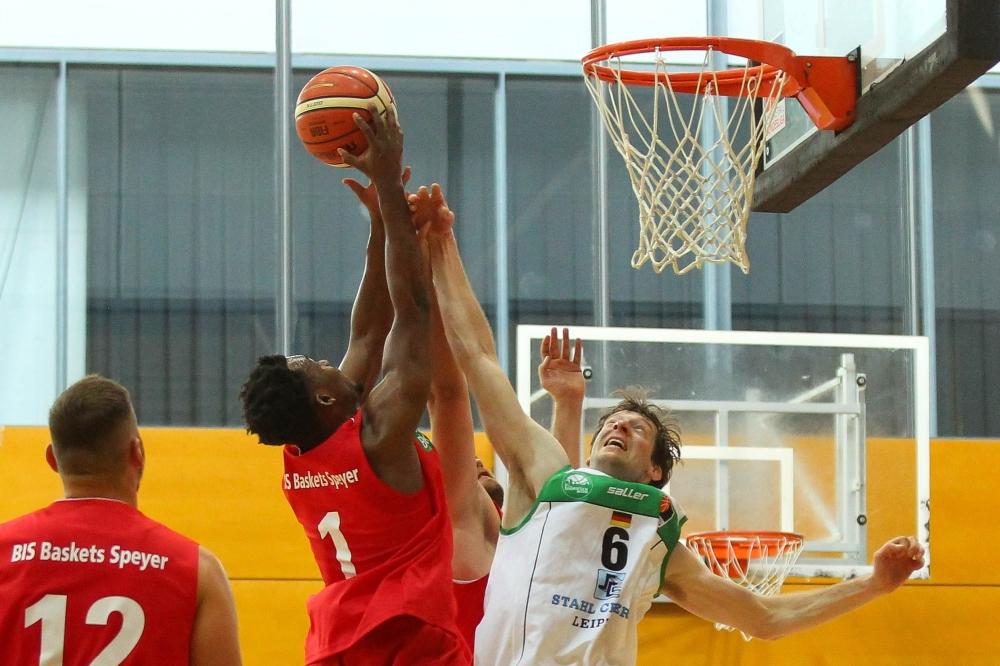 Daryl Woodmore (li.) schnappt Sascha Leutloff den Ball weg. Foto: Jan Kaefer