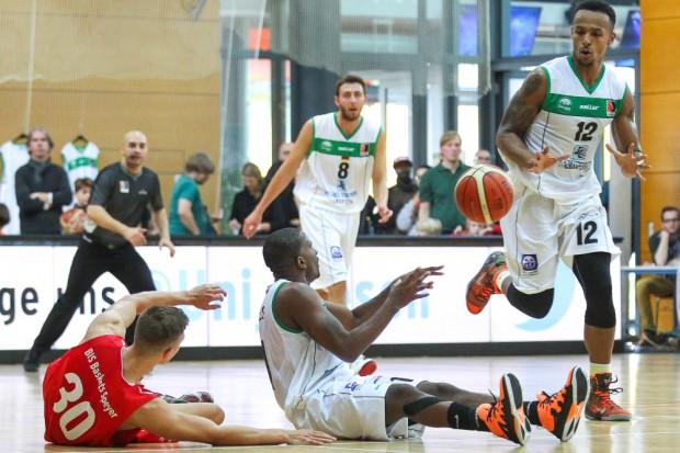 Brandon Shingles (mi.) behauptet am Boden liegend den Ball gegen Benedikt Nicolay (Speyer) und leitet mit einem Anspiel auf Julian Josef Scott dem nächsten Angriff ein. Foto: Jan Kaefer