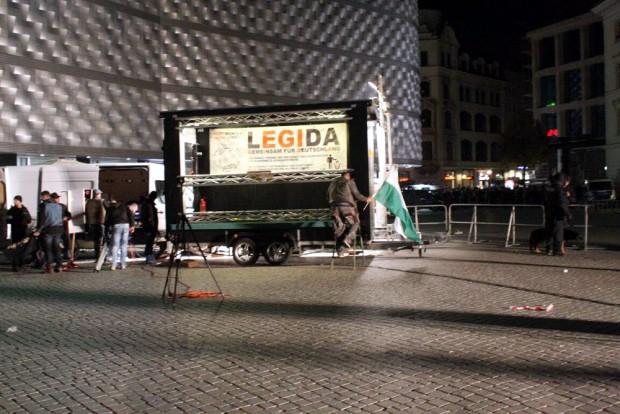 21:00 Uhr Der Letzte holt die Fahne ein. Legida trollt sich. Foto: L-IZ.de