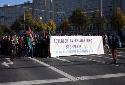 Ca. 400 Menschen demonstrierten gegen die Verschärfung des Asylrechts. Foto: Alexander Böhm