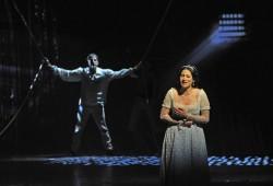 Mercédès (Marysol Ximénes-Carrilo) sehnt sich nach Edmond (Marc Clear). Foto: Andreas Birkigt/Oper Leipzig