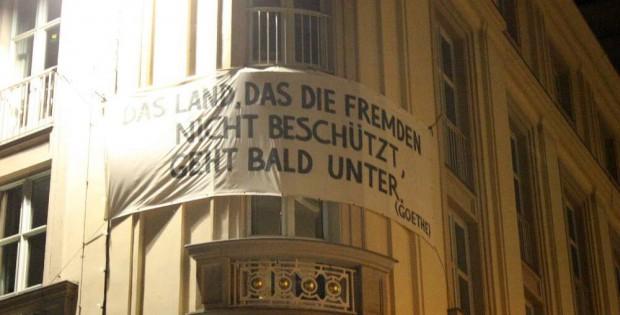 Das Land, das die Fremden nicht beschützt ... Am Schauspiel Leipzig ist der Gegenprotest zu lesen. Foto: L-IZ.de