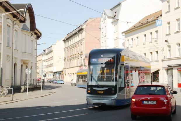 Demmeringstraße am Lindenauer Markt: Nicht nur die Straßenbahn kommt hier durch eine unübersichtliche Kurve gefahren. Foto: Ralf Julke