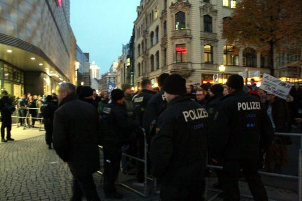 Der allgemeine Aggressionsspiegel steigt, auch in Leipzig. Legidagegner bedrängen einen Teilnehmer an der Hainspitze. Foto: L-IZ.de