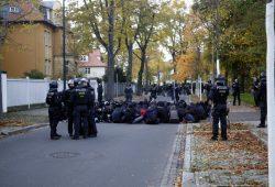 Eine von mehreren Sitzblockaden in Markkleeberg. Foto: L-IZ