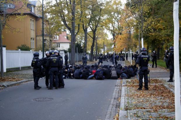 Die Antifa-Sportgruppe ruht sich nach anstrengenden Kletterübungen aus. Foto: L-IZ