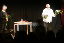 """Applaus und Blumen zur Moritzbastei-Premiere für Friedhelm Eberle als """"Theatermacher"""" und Gesine Creutzburg in Thomas Bernhards Stück. Foto: Karsten Pietsch"""