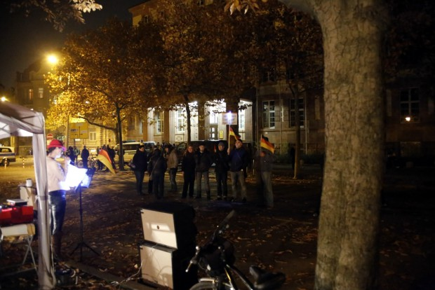 Stehen für ihr Deutschland. Knapp 20 Teilnehmer werden von einer Hundertschaft der Polizei bewacht. Foto: L-IZ.de