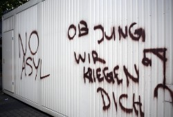 Galgensymbolik am ehemaligen Interpelz-Gebäude droht Oberbürgermeister Burkhard Jung. Foto: Alexander Böhm