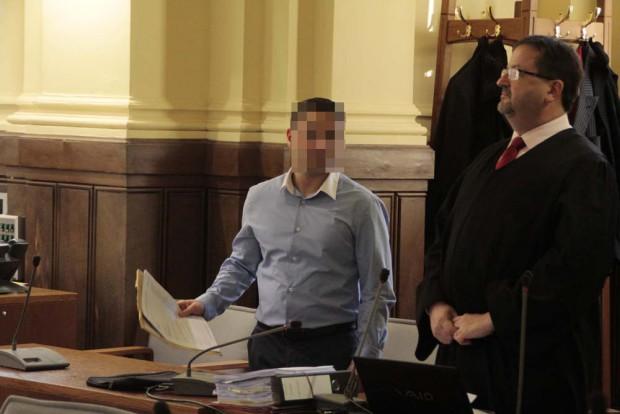 Grigori M. (li.) beim Prozessauftakt im Landgericht. Foto: Martin Schöler