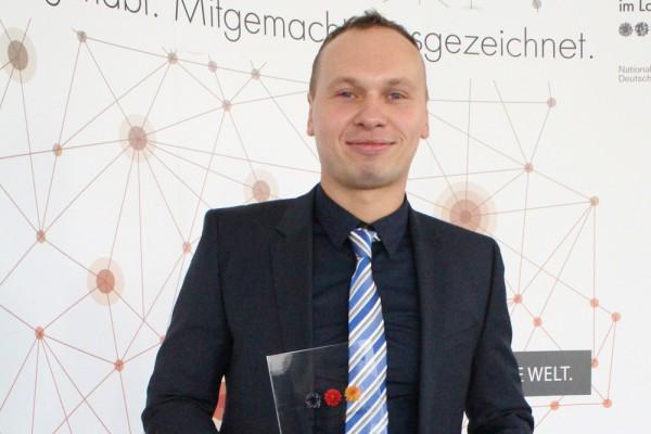 Mathias Hammer, Geschäftsführer der Deutsche Energieversorgung GmbH, mit dem Pokal. Foto: Deutsche Energieversorgung GmbH