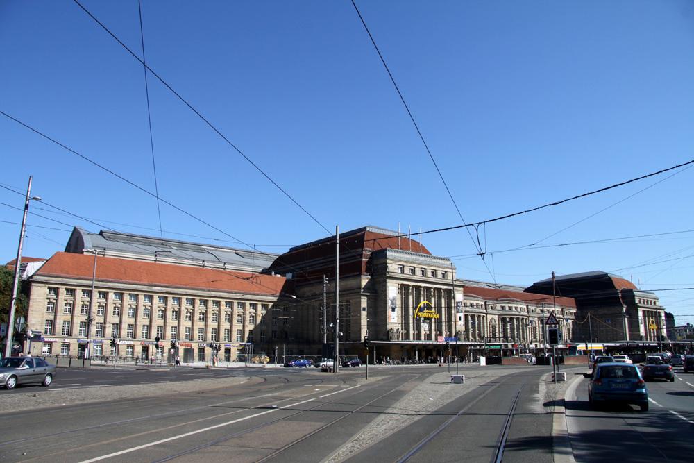 Man muss schon ein Stück Abstand halten, um ihn aufs Bild zu kriegen: der Leipziger Hauptbahnhof. Foto: Matthias Weidemann