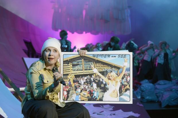 Ellen Hellwig überzeugt mit scharfsinnig vorgetragenen Jelinek-Monologen. Foto: Bettina Stöß