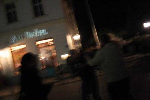 Mitten in der Bedrängnis - aus der Gruppe der Legida-Demonstranten löst sich ein Teilnehmer heraus und greift den Fotojournalist an. Foto: L-IZ.de