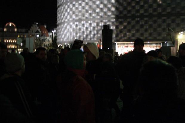 LEGIDA Ordner versucht einen aufgebrachten Teilnehmer zurückzuhalten. Foto: L-IZ.de