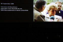 DDR-Aussiedler nicht willkommen. Ein Netzvideo mit einer fremdenfeindlichen Berlinerin von 1989 auf der großen Leinwand. Foto: L-IZ.de