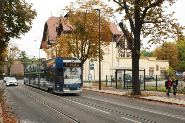 Eine Straßenbahn der Linie 9 am Forsthaus Raschwitz. Foto: Ralf Julke