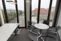 Blick aus dem neuen Verwaltungsgebäude auf den Bahnhofsvorplatz. Foto: LWB, Peter Usbeck
