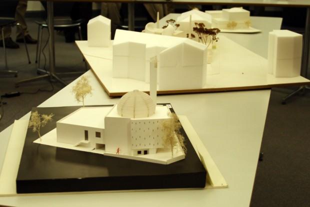 Die drei mit einem Preis gewürdigten Entwürfe: im Vordergrund der Siegerentwurf. Foto: Ralf Julke