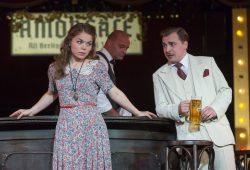 Der Vorstadtkavalier Harry (Sergey Pisarev) macht sich an Nelly (Olena Tokar) heran. Foto: Tom Schulze