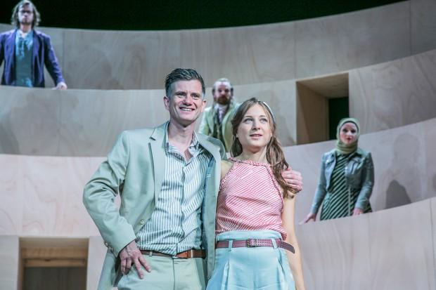 Nathan (Ralph Jung) und Recha (Violette Zupancic). Foto: Jochen Quast / Theater Erlangen