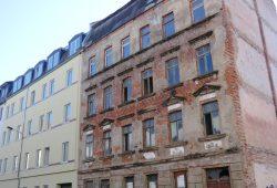 Unsanierte Häuser - wie hier in der Naumburger Straße - sind selten geworden. Foto: Marko Hofmann