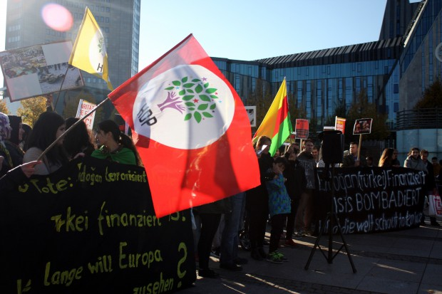 Neben HDP- wurden auch Öcalan- und YPG/YPJ-Fahnen geschwenkt. Foto: Alexander