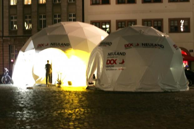 Die Neuland-Ausstellung auf dem Marktplatz Foto:Sebastian Beyer