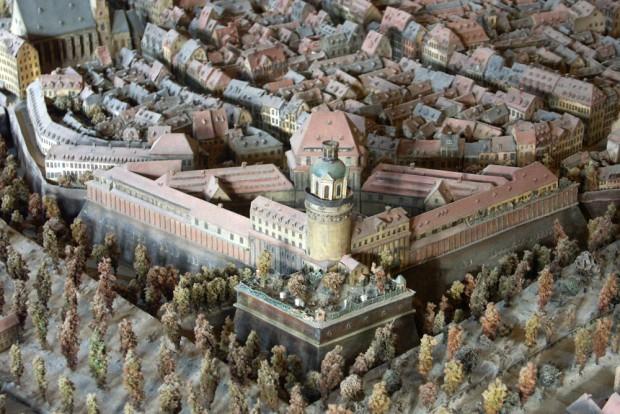 Im Stadtmodell im Alten Rathaus sehen wir eine exakt dokumentierte und vermessene Ansicht von 1823. Der Turm steht an derselben Stelle. Aus der Pleißenburg wurde das Neue Rathaus. Die vorgelagerte Bastion ähnelt der Moritzbastei. Foto: Karsten Pietsch