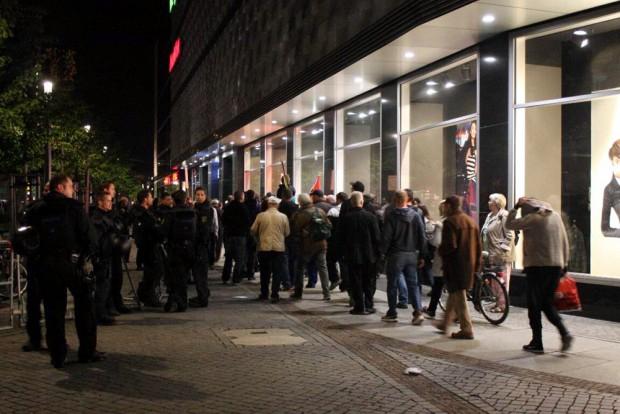 """Das Licht ist aus, wir gehn nach Haus - Rabimmel rabammel rabumm. """"Wir kommen wieder"""" beim Gehen am 5.10.2015. Legida möchte die Stadt auch weiter jede Woche beehren. Foto: L-IZ.de"""