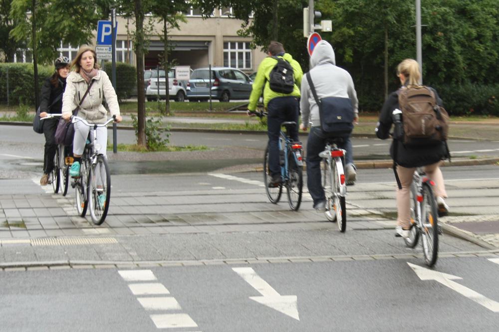 Radfahrer am Johannisplatz. Foto: Ralf Julke