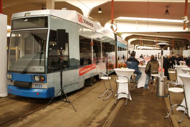Die beklebte Straßenbahn kurz vor ihrer ersten Ausfahrt. Foto: Ralf Julke