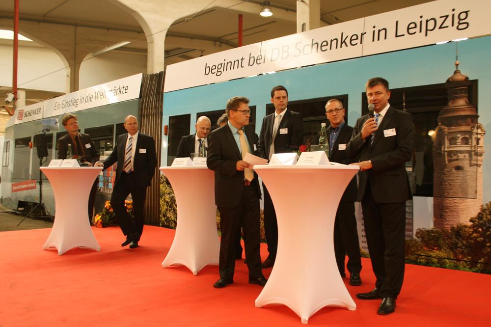 Schenker-25-Talk vor der frisch beklebten Straßenbahn. Foto: Ralf Julke