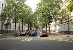 Parkraumkonzept in der Brockhausstraße: Kreuzung abmarkiert und die Straße selbst zur Einbahnstraße gemacht. Foto: Ralf Julke