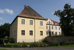 """Kahnsdorf: Im einstigen Alten Gutshaus erinnert eine kleine Ausstellung an Friedrich Schillers Aufenthalt und das """"Schillercafé"""" lädt ein. Foto: Karsten Pietsch"""