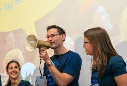 """Nils Rexin, Informatik-Absolvent der HTWK Leipzig, gewann mit seinem Vortrag """"Mein Liebesbrief an Eleanor"""" beim Science Slam am Tag der Promovierenden das goldene Megafon. Foto: Swen Reichhold"""