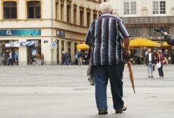 Senior unterwegs auf dem Leipziger Markt. Foto: Ralf Julke
